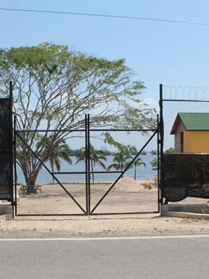 Obra Baru Cartagena - Portón doble hoja en malla